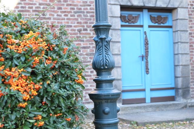 Eingangsbereich der Liedberger Schlosskapelle mit blauer Tür