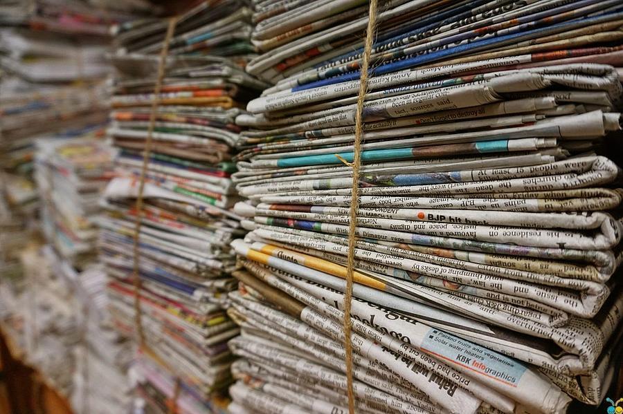 alte Zeitungen übereinander gestapelt und gebündelt