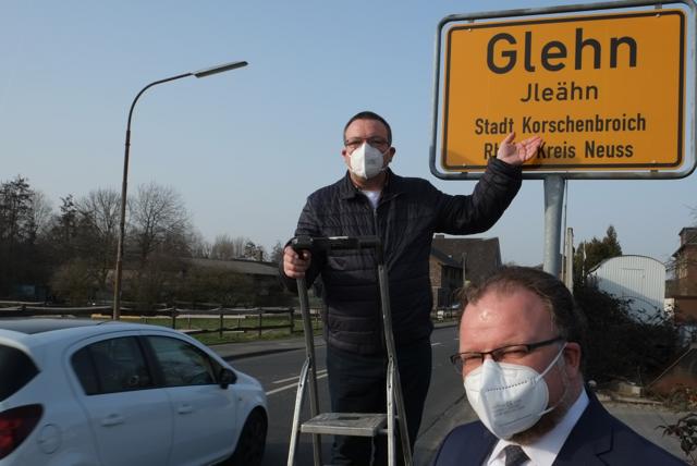 Joachim Schröder und Marc Venten am neuen Schild in Glehn