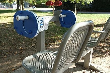 Detailaufnahme: Fitnessgerät für Senioren im Park