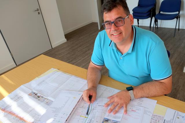 Amtsleiter Kochs skizziert auf einer Karte kommende Kanalarbeiten
