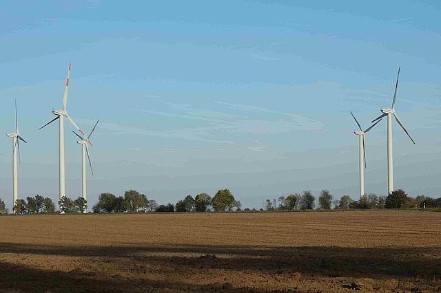 Windräder vor gepflügtem Acker bei Lüttenglehn
