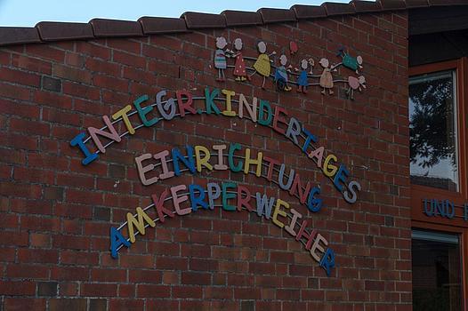 Außenwand des Familienzentrums Kerper Weiher - farbiger Schriftzug