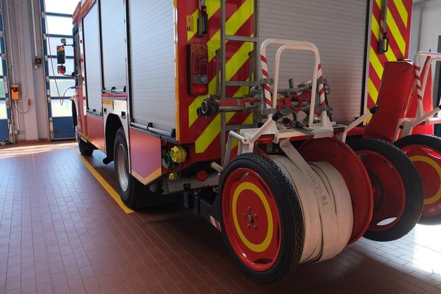 Feuerwehrfahrzeug in der Halle der Korschenbroicher Wehr