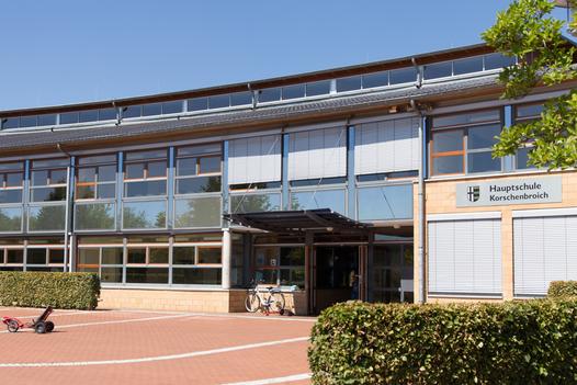 EIngang zur Hauptschule in Kleinenbroich