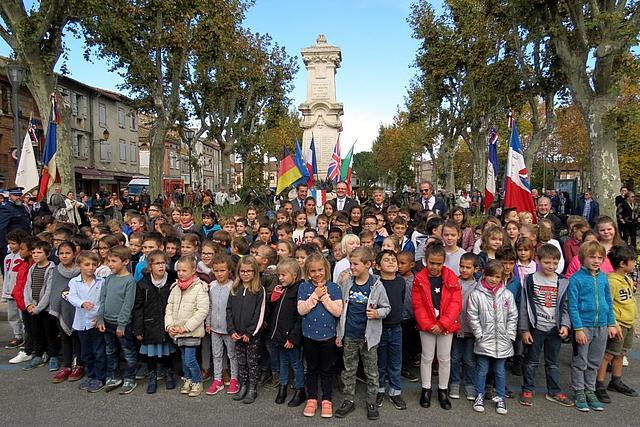 Die Bügermeister von Korschenbroich und Carbonne mit Schülerinnen und Schülern aus Carbonne auf dem Marktplatz