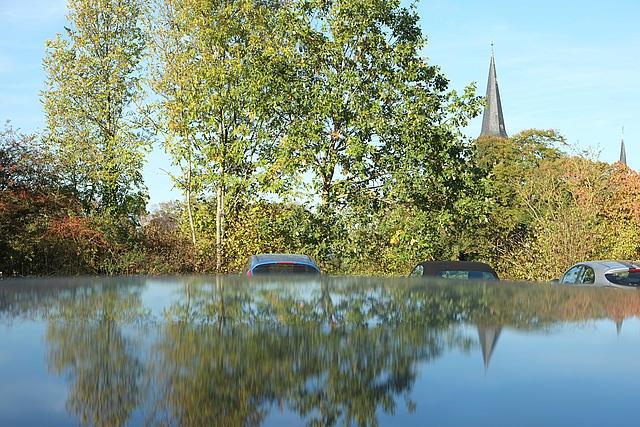 Parkplatz Liedberg, Bäume spiegeln sich im Autodach