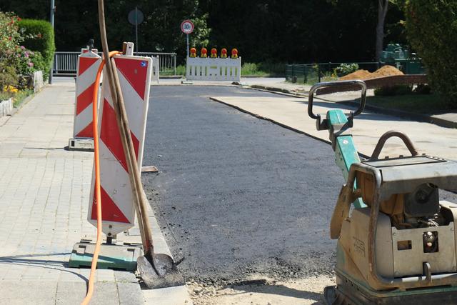 Asphaltierungsarbeiten nach Kanalsanierung in der Eichendorffstraße