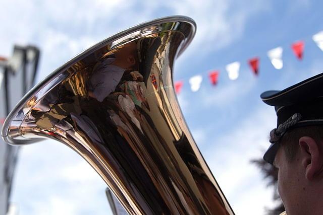 Detailansicht: Blasmusiker auf fahnengeschmückter Straße