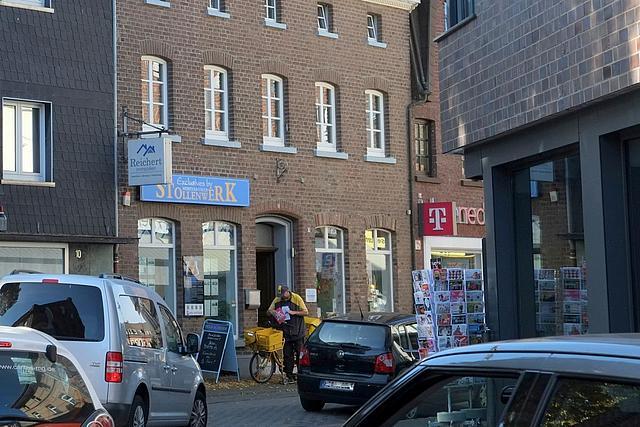 Einfahrt in die belebte Sebstanusstraße mit Autos und Menschen