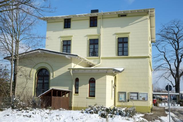 Bahnhof Kleinenbroich im Winter mit Schnee auf dem Dach