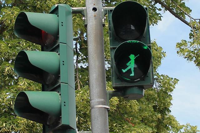 Fußgängerampel zeigt einen grünen marschierenden Schützen