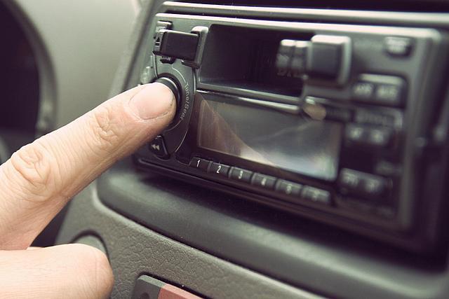 Zeigefinger schaltet das Autoradio ein