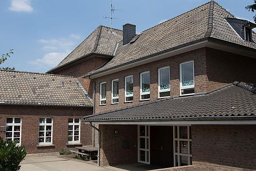 Außenansicht der Grundschule in Liedberg
