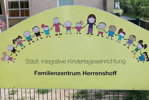 Eingangs-Schild Familienzentrum Herrenshoff