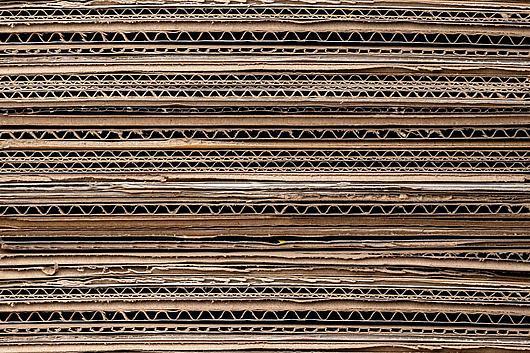 mehrere Pappen übereinander gestapelt in einer Detailaufnahme