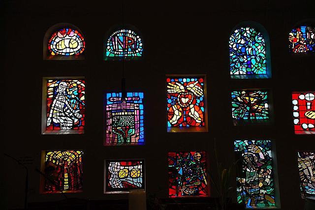Die bunten Fenster der Marienkirche werden durch das Licht von außen angestrahlt.