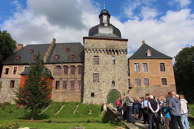Eine Gruppenführung vor dem Schloss.