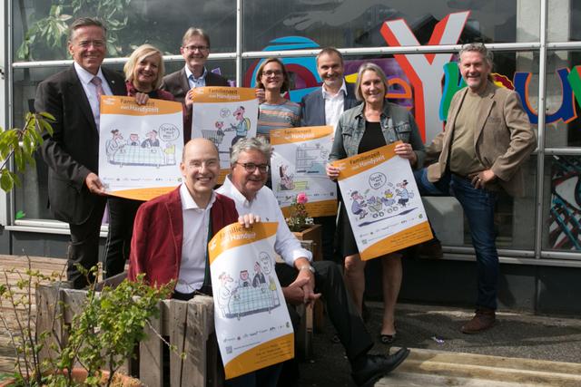 Vertreter beteiligter Kommunen halten Plakate zur Kampagne hoch