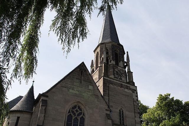 Außenansicht: Sankt Georg Kirche in Liedberg.