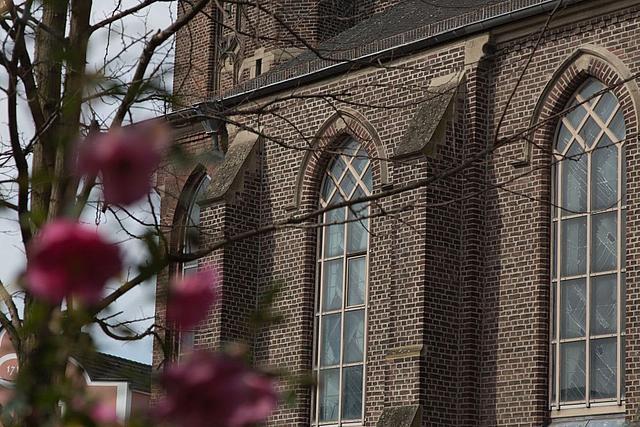 Detailausschnitt der St. Andreas Kirche, Fensterfront