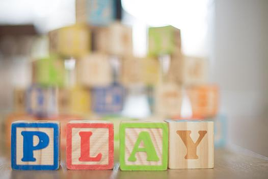 Buchstabenwürfel bilden das Wort PLAY