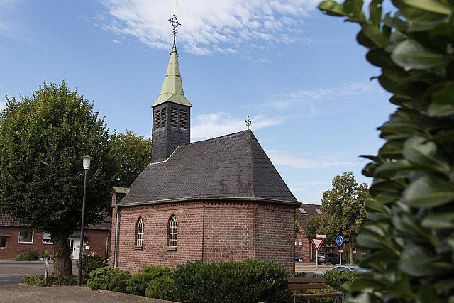 Eine kleine Kapelle in einer Häuser-Siedlung im Stadtteil Pesch.