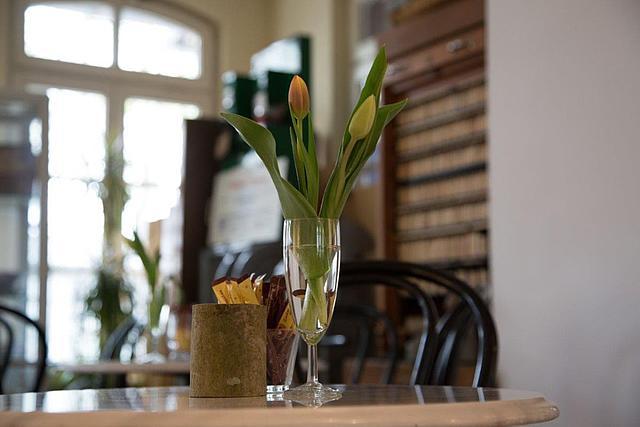 Café Kulturbahnhof: Detailaufnahme eines Bistrotisches mit Blumendeko