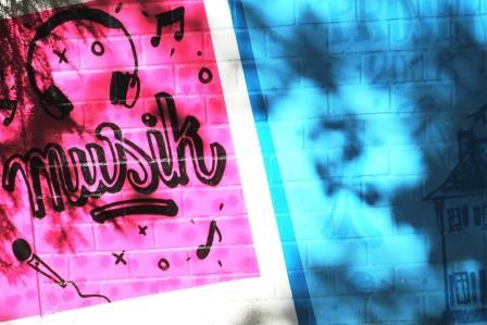 Imagebild: Graffiti mit dem Schriftzug Musik in pink und blau